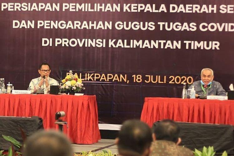 Menteri Dalam Negeri Tito Karnavian (kiri) dan Gubernur Kaltim Isran Noor (kanan) saat rapat koordinasi pemilihan kepala daerah serentak 2020 dan pengarahan gugus tugas Covid-19 di Balikpapan, Sabtu (18/07/2020).