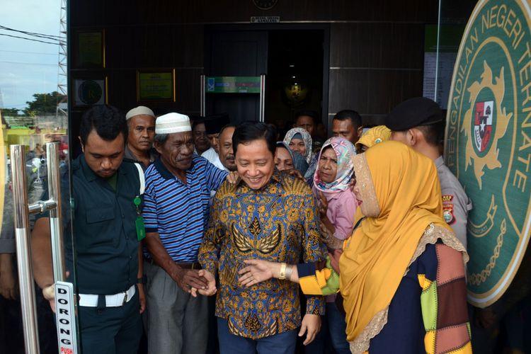 Mantan Bupati Sula Ahmad Hidayat Mus seusai menjalani sidang agenda tuntutan di Pengadilan Tipikor, Ternate, Maluku Utara, Selasa (2/5/2017)