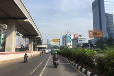 Ditabrak Truk Peti Kemas, Rambu Lalin Roboh Halangi Jalur Keluar Tol Pancoran