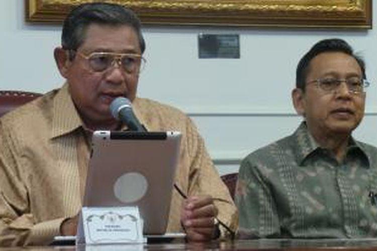 Presiden Susilo Bambang Yudhoyono dan Wakil Presiden Boediono memberikan pernyataan terkait kasus dugaan suap di Mahkamah Konstitusi, di kantor kepresidenan, Sabtu (5/10/2013).