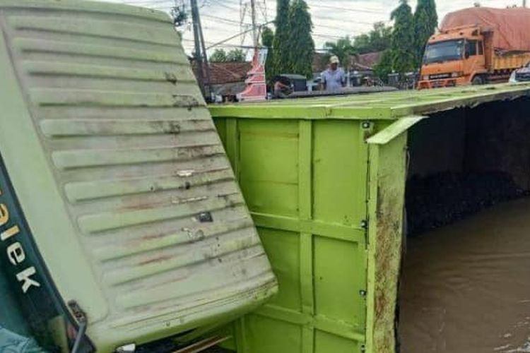 Dump truk terguling di Jombang diduga akibat sopir mengantuk.