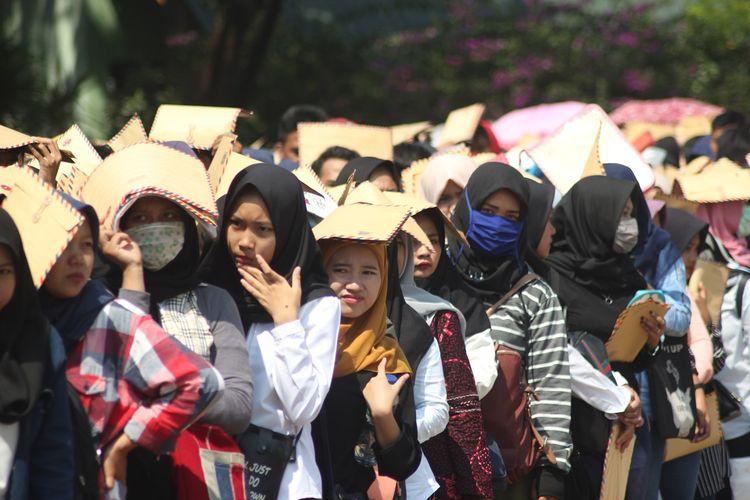 Antrian pencari kerja yang mencari peruntungan di Cianjur Job Fair 2019 di Lapang Prawatasari, Cianjur, Jawa Barat, Selasa (25/06/2019)