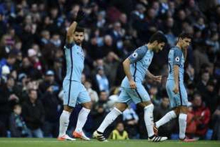 Penyerang Manchester City, Sergio Aguero, merayakan golnya seusai membobol gawang Middlesbrough, Sabtu (5/11/2016).