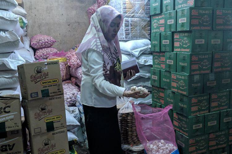 Direktur PD Pasar Jaya Kota Tangerang, Titin Mulyati saat sidak harga bawang putih di Pasar Anyar Kota Tangerang, Rabu (12/2/2020)