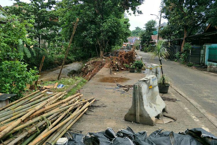 Turap ambles yang berada di kawasan perumahan Villa Pamulang, Kecamatan Pamulang, Tangerang Selatan, Rabu (1/1/2020) lalu diperbaiki.  Hal tersebut membuat pengendara yang melintas di jalan tersebut ketakutan.