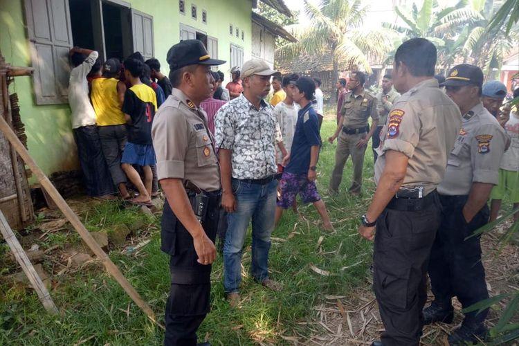 Petugas Polsek Cisoka saat mengamankan pelaku pembunuhan di Kecamatan Jayanti, Kabupaten Tangerang, Banten, Selasa (3/7/2019)