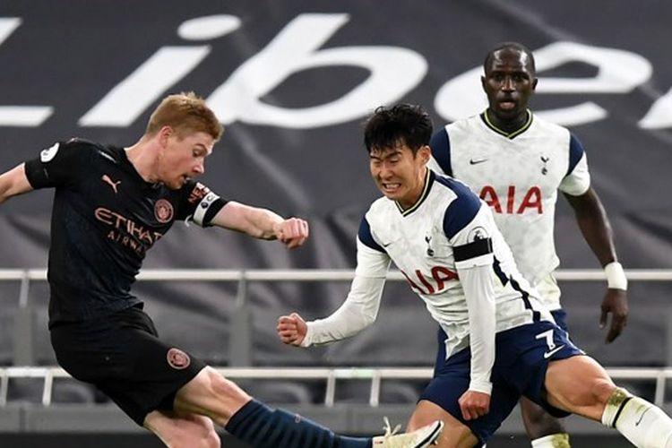 Son Heung-Min mencoba melakukan blok terhadap tendangan Kevin De Bruyne dalam laga Tottenham Hotspur vs Manchester City. Pertandingan pekan ke-9 Liga Inggris 2020-2021 itu digelar di Stadion Tottenham Hotspur, London, pada Sabtu (21/11/2020) waktu setempat.