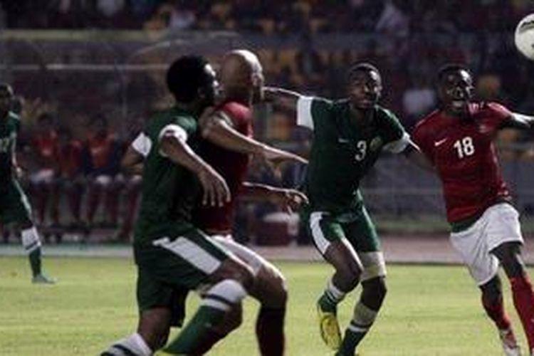 Pemain Indonesia, Greg Nwokolo (kanan), berusaha melewati hadangan pemain Arab Saudi, Osama Abdulrazag (kedua dari kanan), dalam laga kedua Pra-Piala Asia Australia 2015 di Stadion Utama Gelora Bung Karno, Jakarta, Sabtu (23/3/2013). Indonesia akhirnya kalah 1-2.