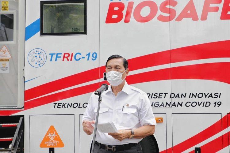 Menko bidang Kemaritiman dan Investasi Luhut Binsar Pandjaitan memberikan sambutan dalam peninjauan serta peresmian Mobile Lab Bio Safety Level 2 di Halaman BPPT, Jakarta, Senin (25/1/2021).