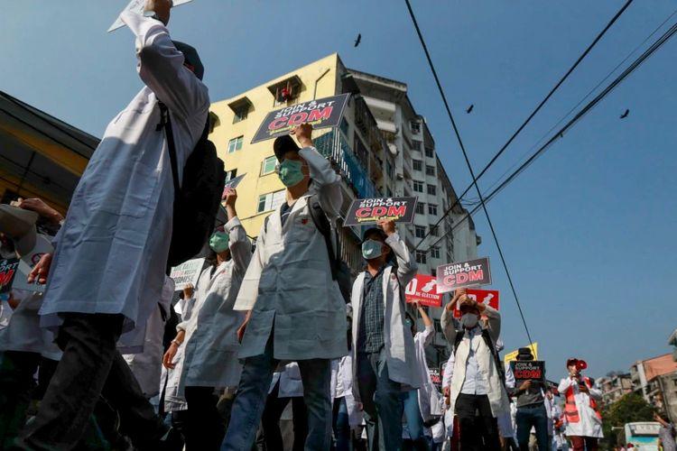 Para dokter Myanmar berpartisipasi dalam pawai Gerakan Pembangkangan Sipil di Yangon, Myanmar, 25 Februari 2021.