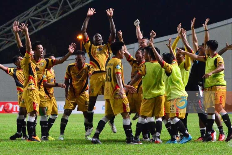 Para pemain Mitra Kukar merayakan kemenangan atas Bali United pada partai Liga 1 di stadion Aji Imbut, Tenggarong, 10 Mei 2017.