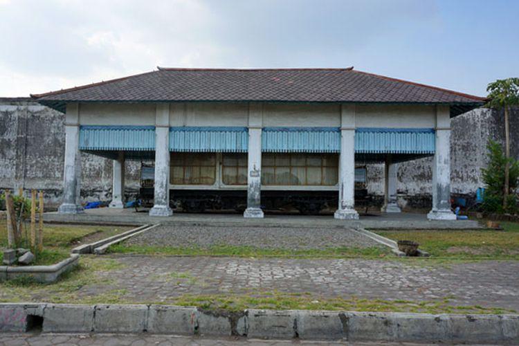 Gerbong Kereta Jenazah di Alun-alun Kidul Kraton Surakarta.