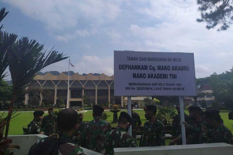 Puluhan anggota TNI mendatangi kantor Walikota Magelang, Jawa Tengah, Jumat (3/7/2020). Mereka memasang beberapa patok plang atau papan nama di area depan kantor tersebut. Papan itu bertuliskan Tanah dan Bangunan Ini Milik Dephankam Cq. Mako Akabri/Mako Akademi TNI, Berdasarkan SHP No.9 Tahun 1981, IKN No.2020335014, Luas Tanah 40.000 M2.