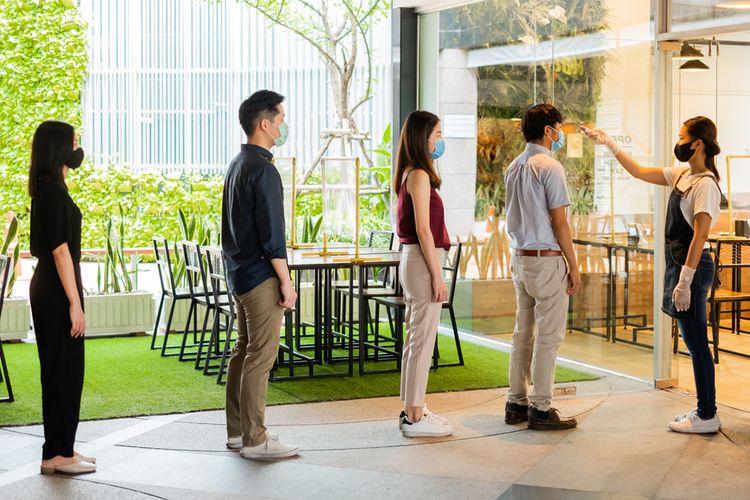 Ilustrasi antrean masuk ke restoran, pegawai memeriksa suhu tubuh pengunjung yang mengantre dengan jaga jarak