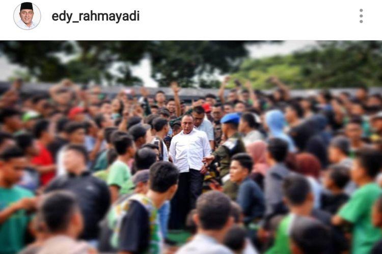 Foto yang diunggah Gubernur Sumatera Utara Edy Rahmayadi di akun Instagram miliknya, Jumat (21/9/2018). Dalam foto, Edy berada di tengah kerumunan suporter PSMS Medan. Pada Jumat, tim PSMS Medan berlaga melawan Persela Lamongan di Stadion Teladan, Medan.