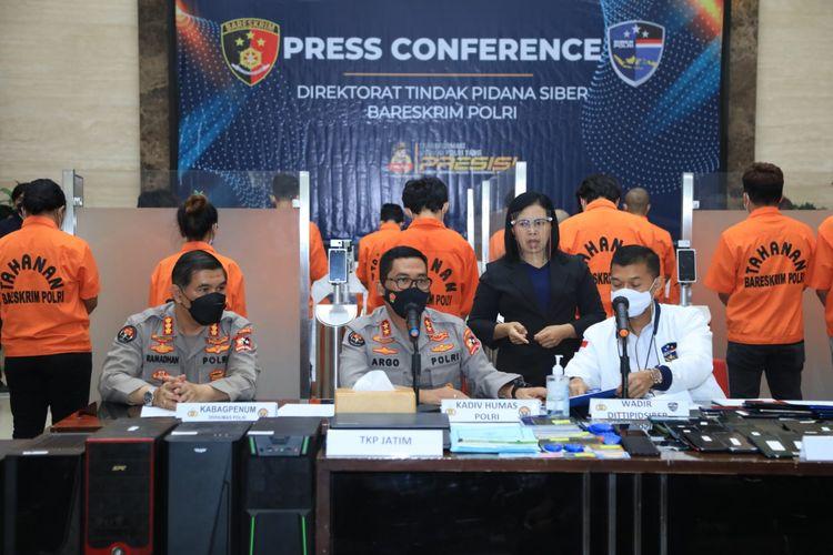 Konferensi pers Bareskrim Polri soal kasus akses ilegal dan perjudian, Rabu (13/10/2021).