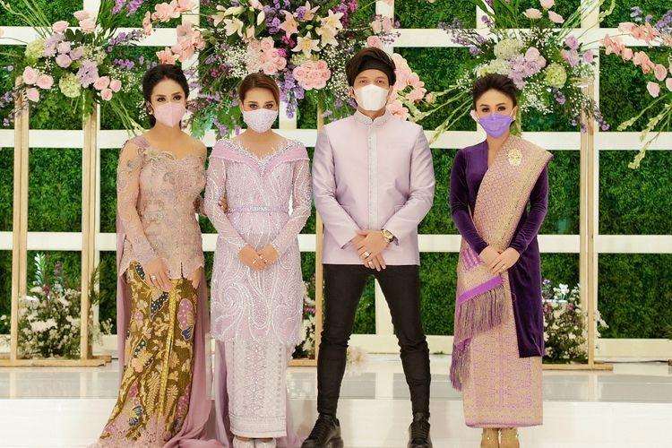 Atta Halilintar dan Aurel Hermansyah, didampingi oleh Krisdayanti dan Yuni Shara usai menggelar acara lamaran di hotel Intercontinental, Jakarta Selatan, Sabtu (13/3/2021).