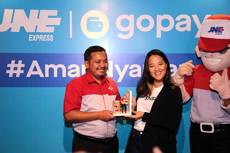 VP of Marketing JNE Eri Palgunadi (kiri), dan Head of Offline Payments GoPay Ardelia Apti dalam acara peresmian kerjasama JNE dan GoPay di Jakarta, Selasa (13/8/2019).