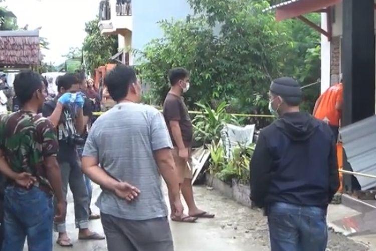 Suasana di depan rumah korban pasca pembunuhan di teras rumahnya, Senin (27/05/2019)