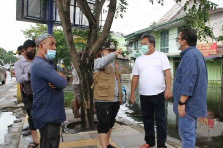 Wali Kota Banjarmasin H Ibnu Sina meninjau sungai di Jalan A Yani yang merupakan salah satu kanal buatan Belanda.