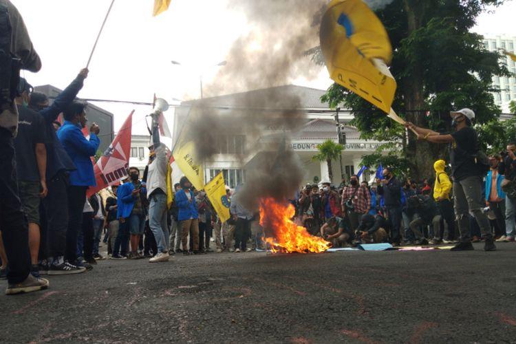 Ribuan massa dari elemen buruh dan mahasiswa kembali memadati kawasan Gedung Sate dan DPRD Jabar, Jalan Diponegoro, Kota Bandung, Kamis (8/10/2020). Mereka hadir untuk melakukan protes terhadap pengesahan Undang-undang Cipta Kerja.