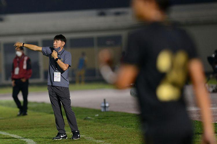 Pelatih Tim Nasional (Timnas) U-23 Shin Tae Yong (kiri) memberikan instruksi kepada para pemainnya saat melawan kesebelasan Bali United dalam pertandingan uji coba di Stadion Madya, Gelora Bung Karno (GBK), Jakarta, Minggu (7/3/2021). Pertandingan dimenangkan Timnas U-23 dengan skor 3-1.