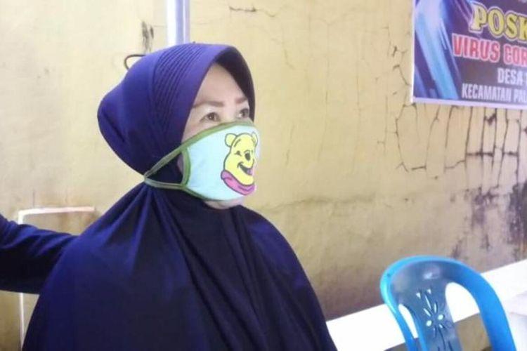Irma (36), ibu rumah tangga di Kabupaten Gowa, Sulawesi Selatan saat mengembalikan paket sembako yang diterimanya lantaran tak tahan menyaksikan tetangganya kelaparan. Jumat, (8/5/2020).