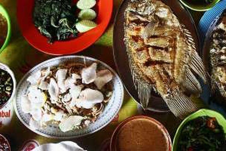 Sajian Ikan bakar beserta makanan pendamiping lainnya di Warung Makan Bakar Ikan Hj. Imi, Cigembor, Kabupaten Ciamis, Jawa Barat, Rabu (13/4/2016).