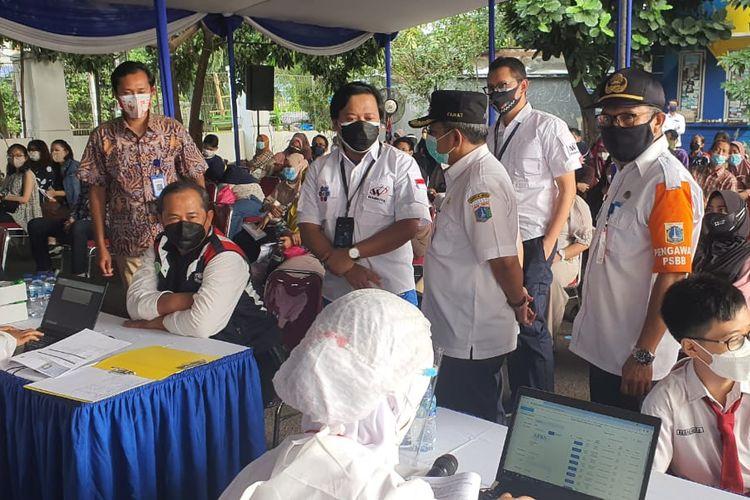 PT Waskita Karya (Persero) Tbk menggelar vaksinasi massal  di Lapangan Institut Bisnis Nusantara (IBN), Jalan Mayjen DI Pandjaitan, Cipinang Cempedak, Jakarta Timur.