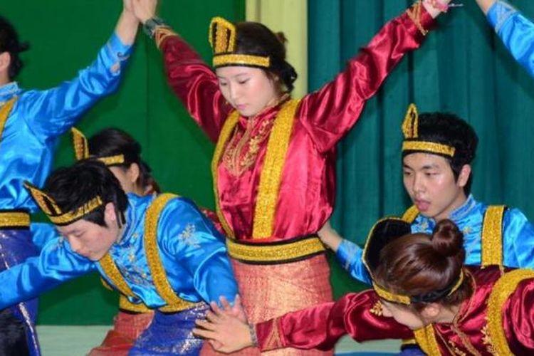 Para mahasiswa Chung Ang University, Korea Selatan, menampilkan kemampuannya dalam Tari Saman sebagai bagian dari kegiatan pertukaran budaya dan bahasa dengan para mahasiswa Universitas Nasional.