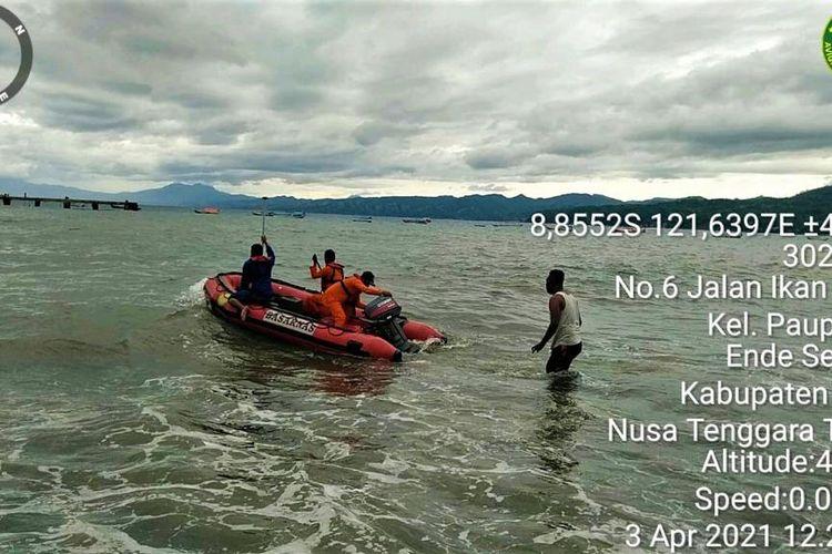 Foto : Tim SAR Gabungan menyelamatkan penumpang dan kru kapal motor Empat Bersaudara di perairan Pulau Ende, Kabupaten Ende, NTT, Sabtu sore.