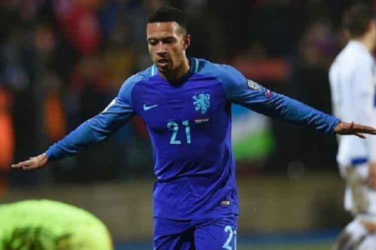 Memphis Depay merayakan gol kedua Belanda ke gawang Luksemburg pada lanjutan kualifikasi Piala Dunia 2018, Minggu (13/11/2016).