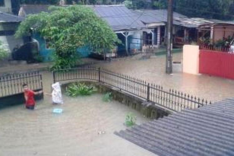 Situasi banjir di Komplek Dosen IKIP di Kelurahan Jatikramat, Kecamatan Jatiasih, Kota Bekasi pada Senin (9/2/2015) siang.