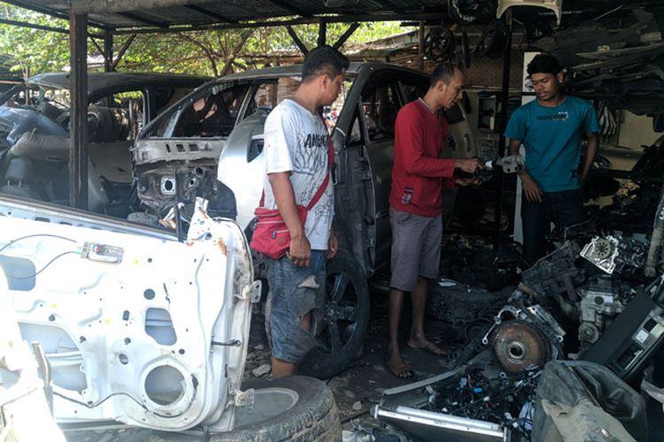 Seorang pembeli tengah membeli onderdil mobil bekas di pusat onderdil bekas di Kota Solo.