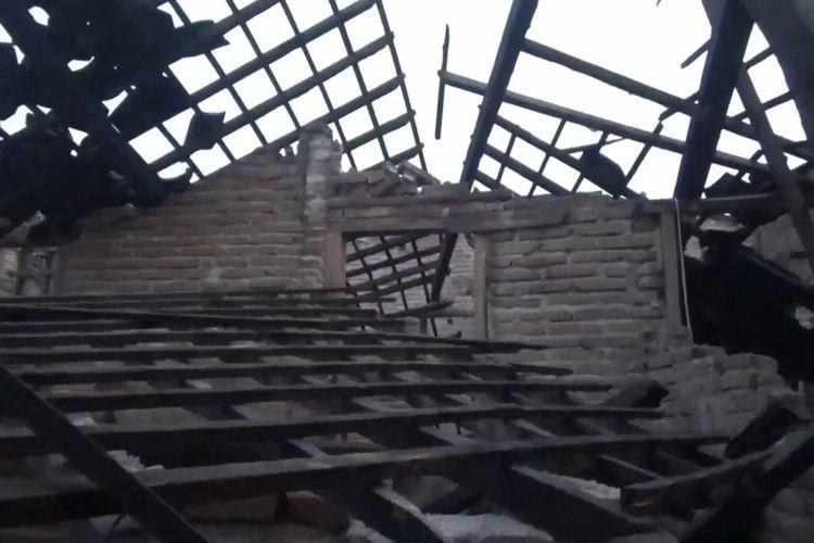 Atap rumah milik Nurudin (75) warga kecamatan Kalidawir Tulungagung Jawa Timur,ambruk akibat gempa yang berpusat di Malang Jawa Timur, Sabtu (10/04/2021).