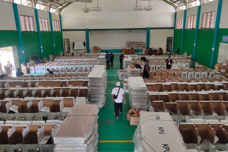 Suasana gudang penyimpanan logistik Pilkada Tangerang Selatan untuk wilayah Kecamatan Pondok Aren, Kamis (3/12/2020)