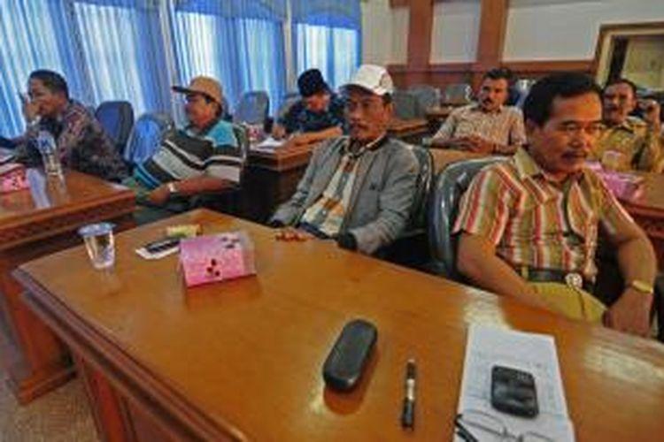 Para pemilik sapi karapan se Madura saat mendatangi kantor Bakorwil Pamekasan untuk mendesak penyelenggaraan karapan sapi pola rekeng, Rabu (30/10/2013).
