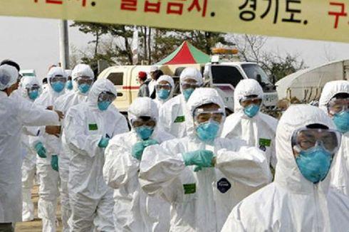 Para petugas karantina Korea Selatan berbaris ke sebuah peternakan unggas pada 15 April 2008, di Pyeongtaek, 70 kilometer selatan Seoul, di mana ditemukan banyak kasus flu burung. (Foto: Dokumentasi)(AFP/Kim Jae-Myoung)