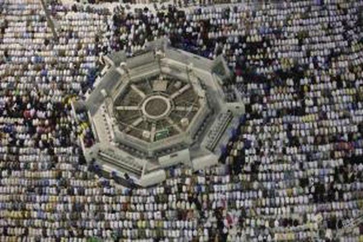 Umat Islam menjalankan shakat di Masjidil Haram, Kota Mekkah, Arab Saudi, 10 Oktober 2013. Lebih dari dua juta muslim tiba di kota suci ini untuk ibadah haji tahunan.