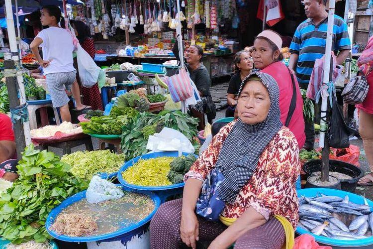 Sejumlah pedagang di Pasar Mardika Ambon tidak lagi mengenakan masker saat beraktivitas di pasar yang telah ditetapkan sebagai lokasi protokol Covid-19 tersebut, Jumat (21/8/2020)