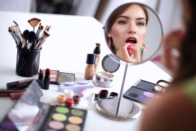 Illustrasi wanita sedang makeup