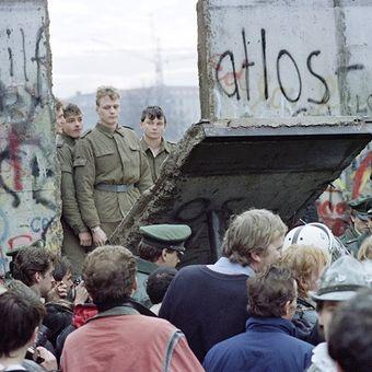 Warga Berlin Barat berkumpul di depan Tembok Berlin. Pada saat yang sama, para penjaga perbatasan dari Jerman Timur membuka titik persimpangan baru di antara dua wilayah tersebut. Foto ini diambil pada tanggal 11 November 1989.