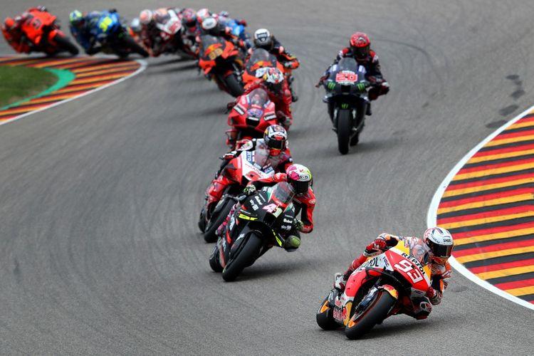 Marc Marquez saat balapan pada MotoGP Jerman 2021. (Photo by Ronny Hartmann / AFP)