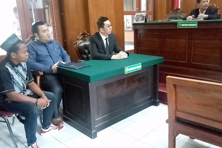 Pemohon ganti kelamin (kiri), menghadiri sidang vonis permohonan ganti kelamin di Pengadilan Negeri Surabaya, Rabu (19/2/2020).