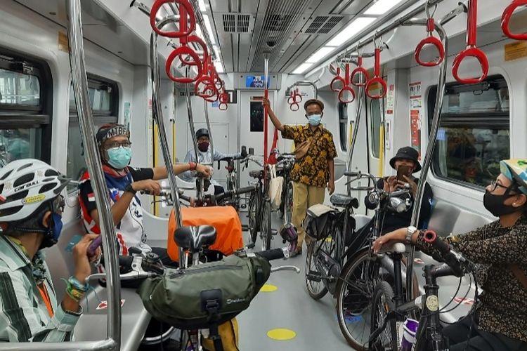 PT LRT Jakarta mulai hari ini, Rabu (24/3/2021), melayani penumpang dengan sepeda untuk rute Stasiun Pegangsaan Dua-Stasiun Velodrome.