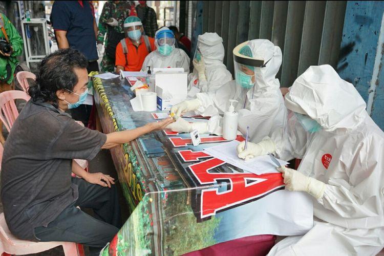 Pelaksanaan rapid test warga di sebuah gang Jalan Gunung Salak, Desa Padangsambian Klod, Denpasar, Rabu (27/5).