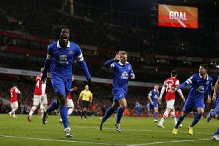Pemain Everton, Gerard Deulofeu (tengah) saat melakukan selebrasi seusai membobol gawang Arsenal pada lanjutan Premier League di Stadion Emirates, Minggu (8/12/2013). Kedua tim bermain imbang 1-1 pada laga tersebut.