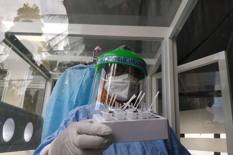 Seorang petugas di Laboratirium Dinas Kesehatan NTB, usai melakukan swab antigen, Selasa (22/9/2020) untuk memastikan apakah seseorang terpapar covid19 atau masih aman dari covid-19.