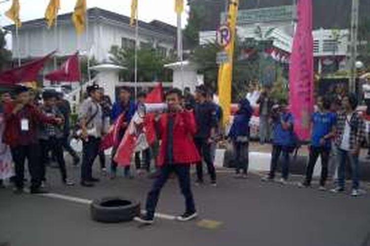 Aliansi Mahasiswa Solidarity berdemonstrasi di depan Balai Kota Sukabumi, Jawa Barat, Jumat (1/4/2016)