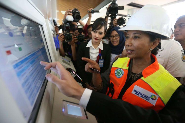 admin testing - Menteri BUMN Rini Soemarno saat melakukan uji coba kereta bandara di Stasiun Bandara Soekarno-Hatta, Selasa (28/11/2017). Kereta Bandara diperkirankan akan resmi beroperasi pada awal bulan Desember 2017 mendatang